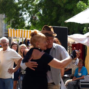 BVSC-Elderly couple dancing tango in the street in Buenos Aires © Annette Schindler